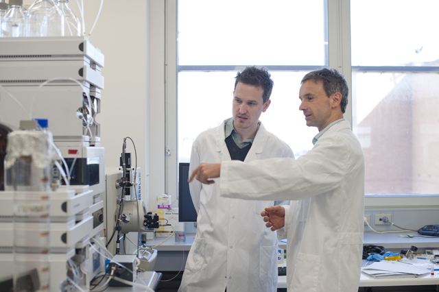 Dr Chris Tonkin and Dr Thomas Nebl discuss mass spectrometry system used to analyse Toxoplasma.